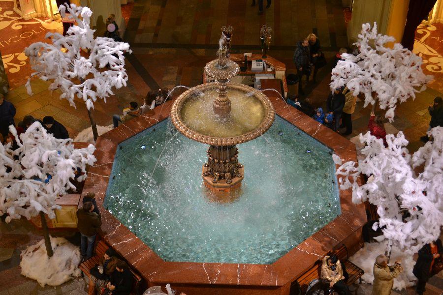 В центре ГУМа, у фонтана